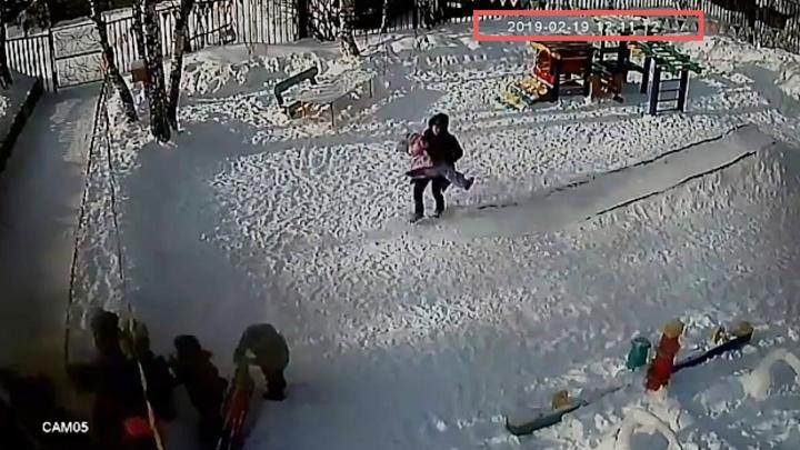 «Повисла на глазах у педагога»: в южноуральском детсаду во время прогулки задохнулась девочка