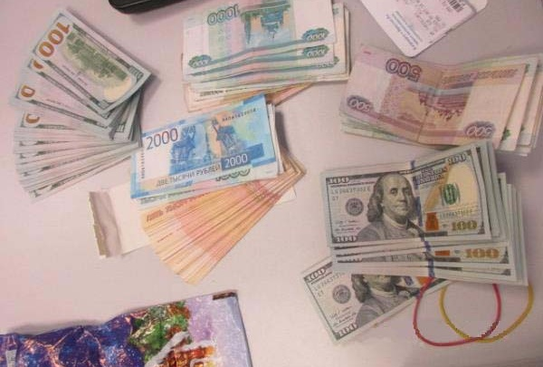 Мужчина взял с собой в Баку 17 тысяч долларов без декларации и лишился денег