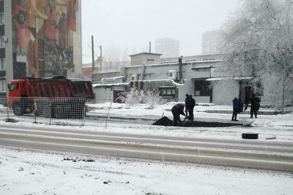 Работы под снегопадом удивили волгоградцев