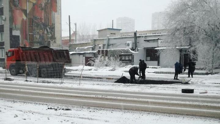 «Температура позволяет»: коммунальщики Волгограда застилают свежий асфальт на снежную прослойку