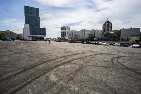 Сейчас на парковке у Кирова, 23 видны следы от колёс дрифтующих машин