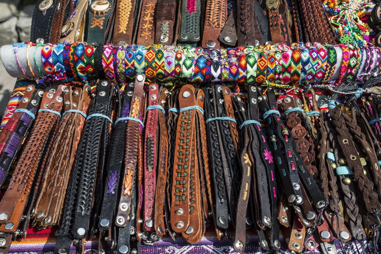 Все браслеты и кулоны эквадорцы сделали своими руками у себя на родине