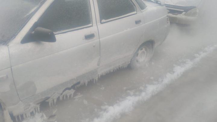 В Новосибирске водитель оставил на час машину возле дома: она вмёрзла в лёд