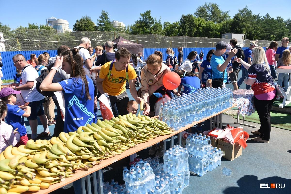 Финишировавшие спортсмены получали медаль, бутылку воды, банан и мороженое
