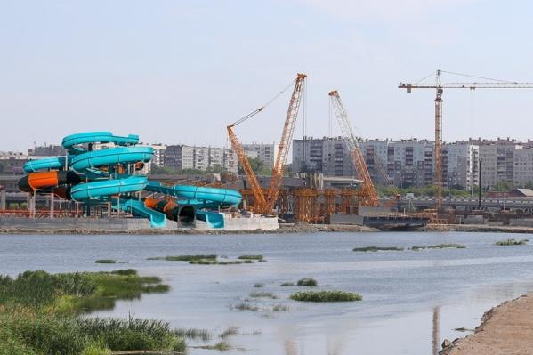 Когда в июне объявили, что недострой будут заканчивать за счёт инвесторов, 74.ru уже предлагал устроить в этом месте аквапарк