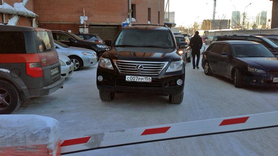 «Я паркуюсь как чудак»: Lexus 007 — вы у меня тут не проедете