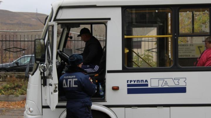 Скрытый патруль проследил за автобусами в Кировском районе и за час насчитал с десяток нарушений