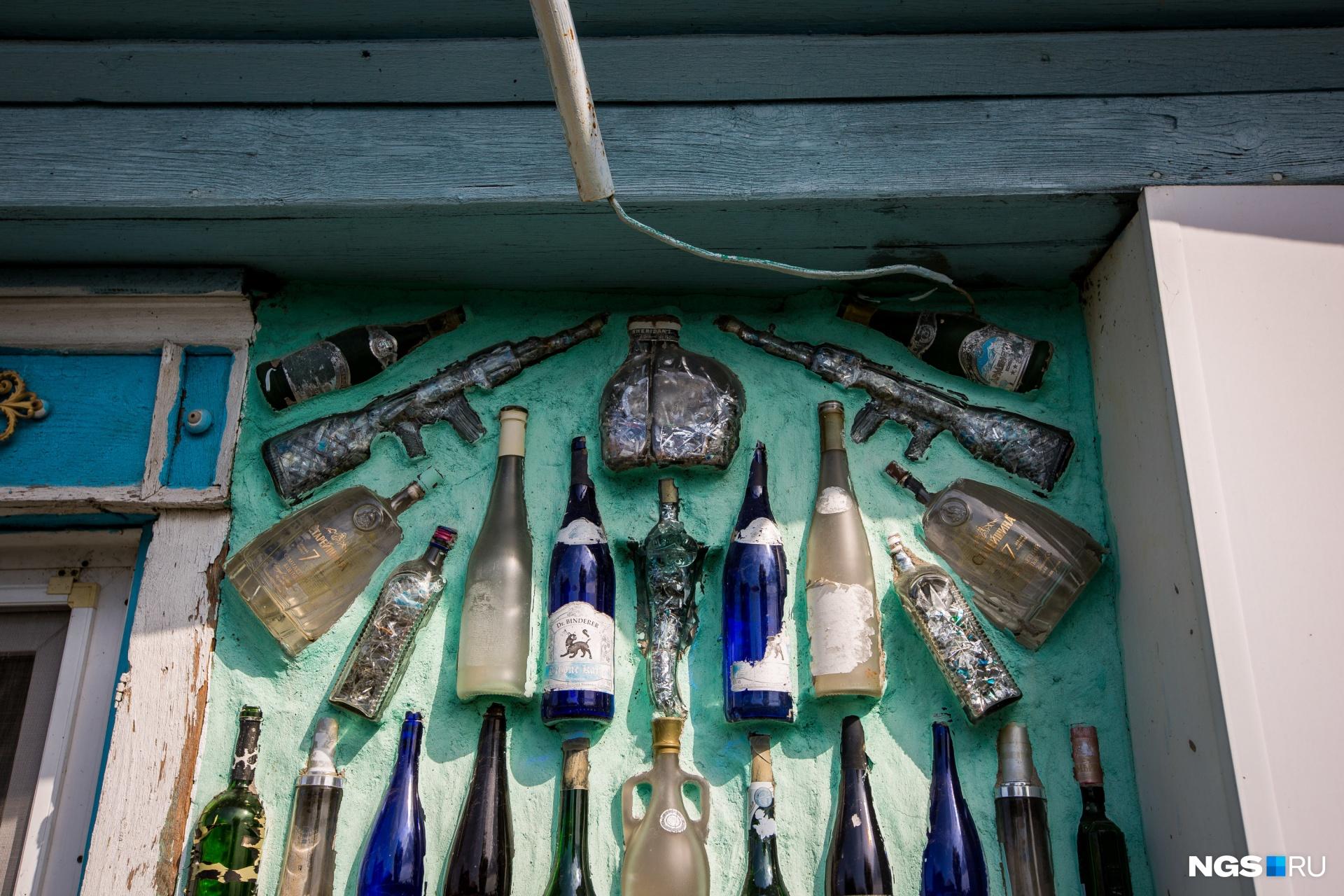 По оформлению дома Геннадия Савельева можно изучать историю бутылок