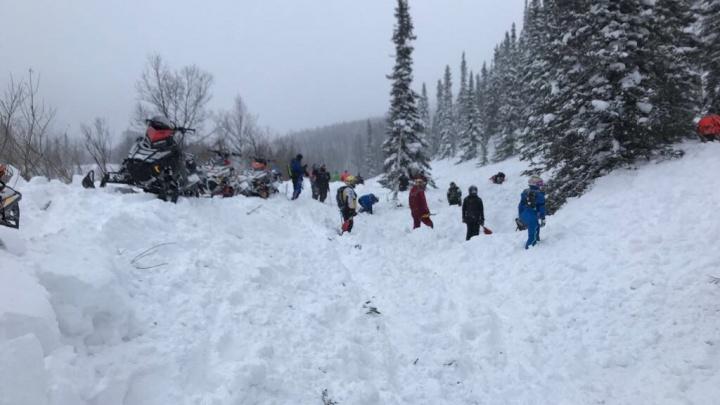 В популярном у красноярцев Приисковом снежной лавиной накрыло туристов на снегоходах: двое погибли