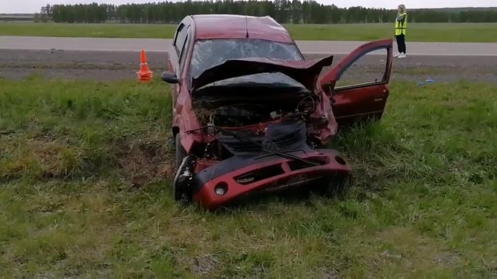 Водитель легковушки протаранил пассажирский автобус, который ехал из Екатеринбурга в Курган