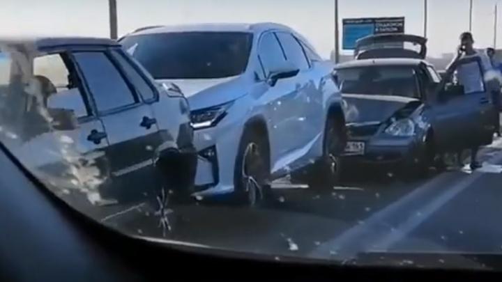 На Южном подъезде к Ростову «паровозиком» столкнулись пять автомобилей