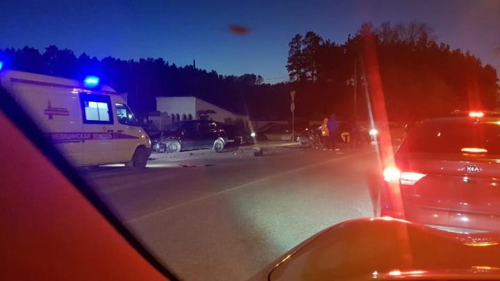 Из-за крупного ДТП у Широкореченского кладбища улица Репина встала в пробку