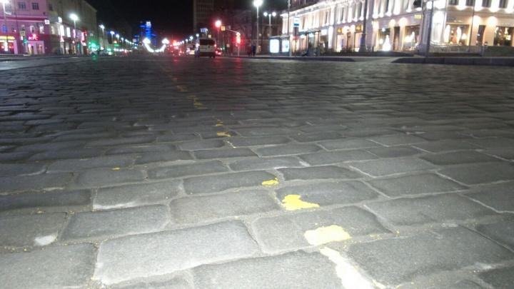 «Вся краска слезла»: на площади 1905 года рисуют новую желтую разметку для репетиции парада Победы
