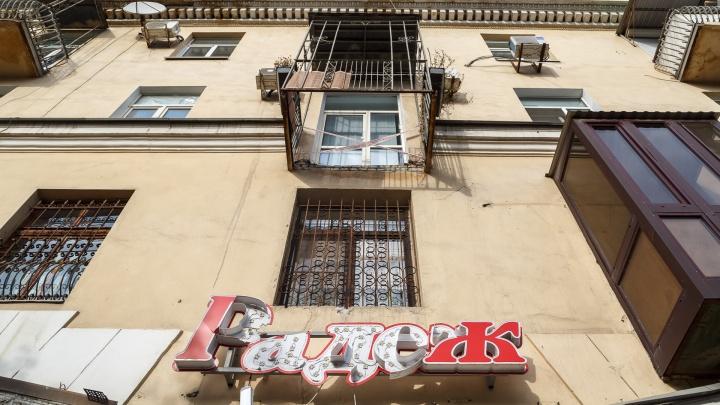 Пришлось зашевелиться: в Волгограде после публикации V1.RU коммунальщики срезали разрушенный балкон