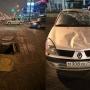 В Челябинске на ремонтируемой улице Труда автомобилистка влетела в открытый люк и перевернулась