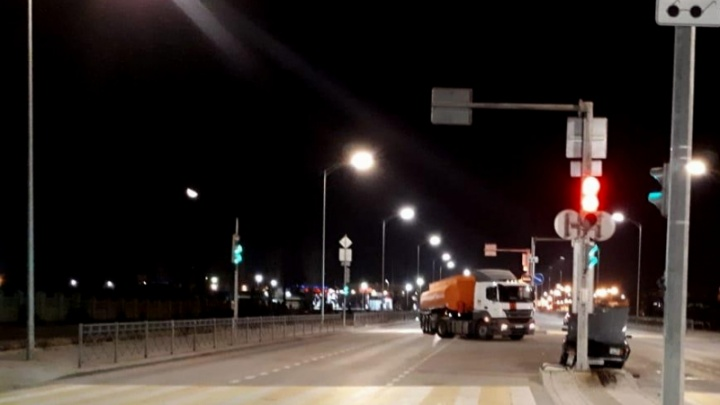 «Унесло на островок»: на шоссе Авиаторов в Волгограде разбилась отечественная «пятерка»