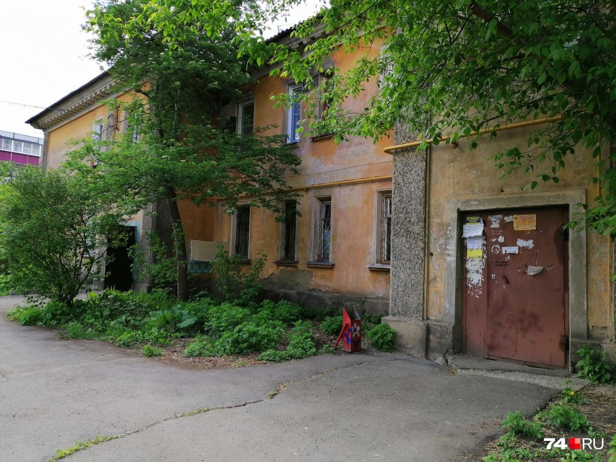 Внешне старый квартал выглядит почти уютно: нет многоэтажной застройки, во дворе тенёк и много зелени