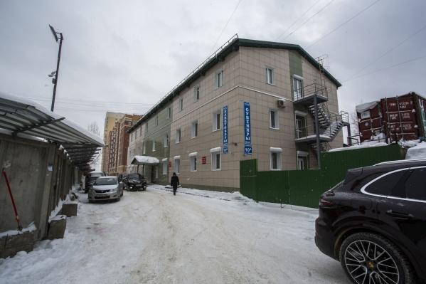 Граница участка проходит практически по фасаду соседнего здания