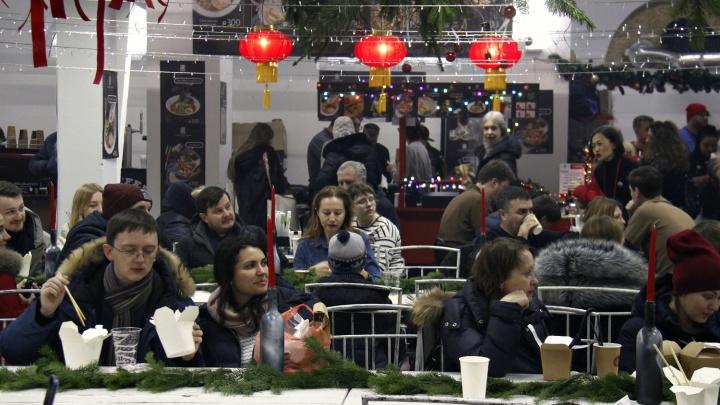 Гламурный базар: в Новосибирске проходит фестиваль еды на заброшенном складе, о котором никто не знал