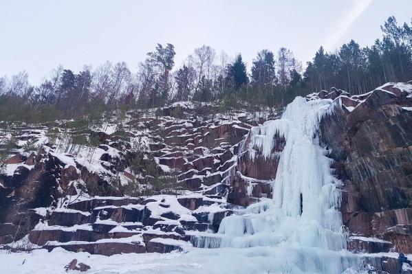 Ледяной водопад радует не только спортсменов, но и любителей красивых фотосессий