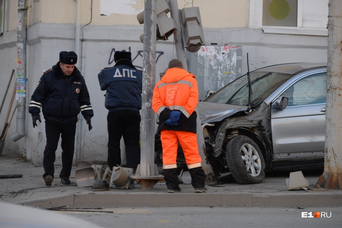 Автомобиль снес троих пешеходов и въехал в столб