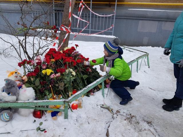 К дому на Карла Маркса несут живые цветы