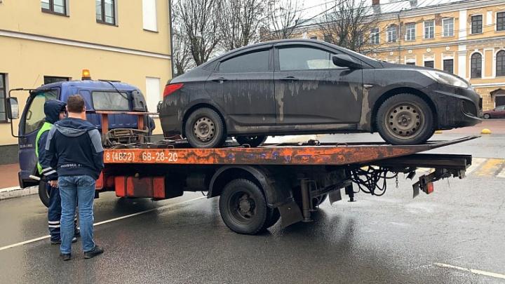 Там нельзя оставлять машину: ГАИ вывозила авто на эвакуаторе из центра Ярославля