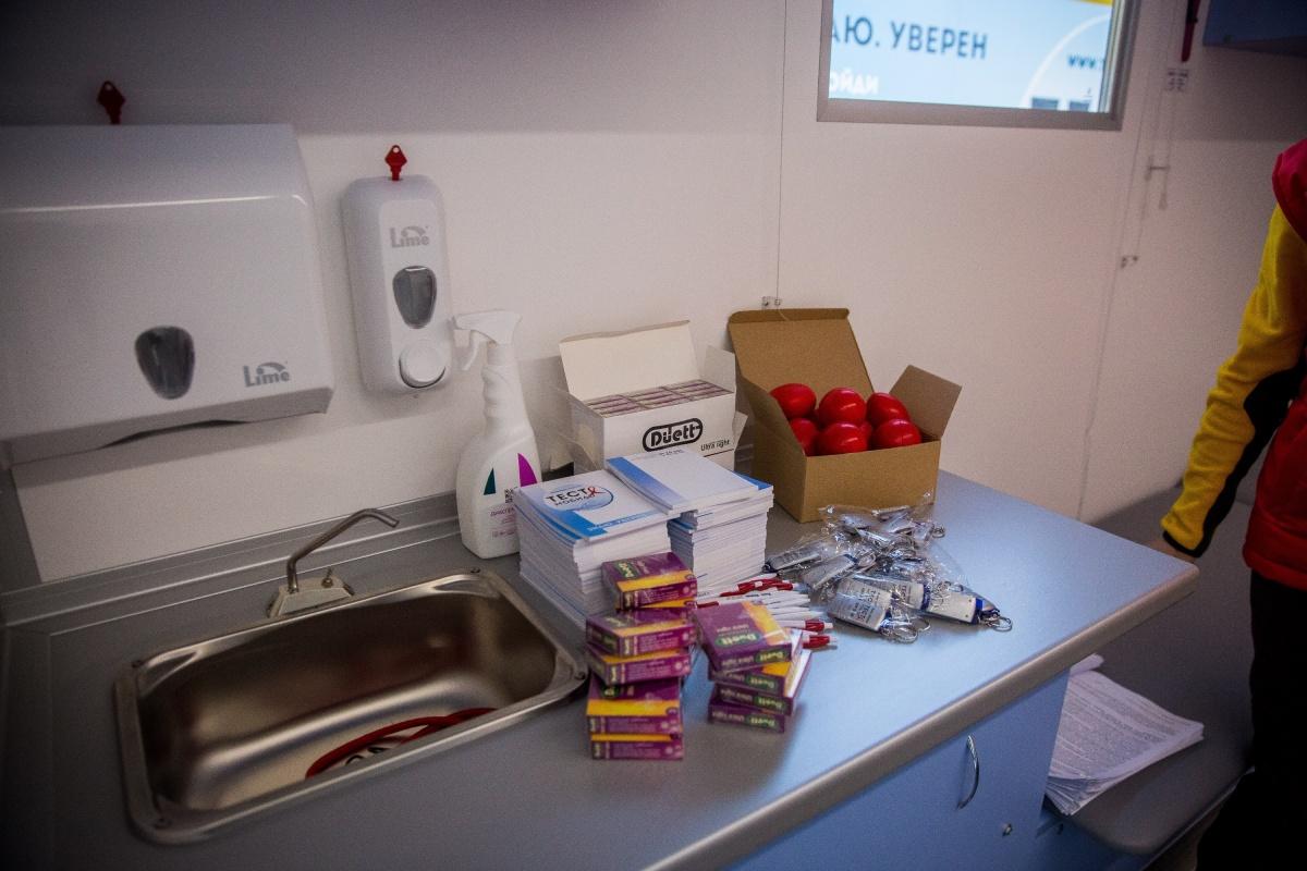 В фонде«СПИД Инфосвязь» говорят, что машины подарил московский меценат, который родился в Новосибирске