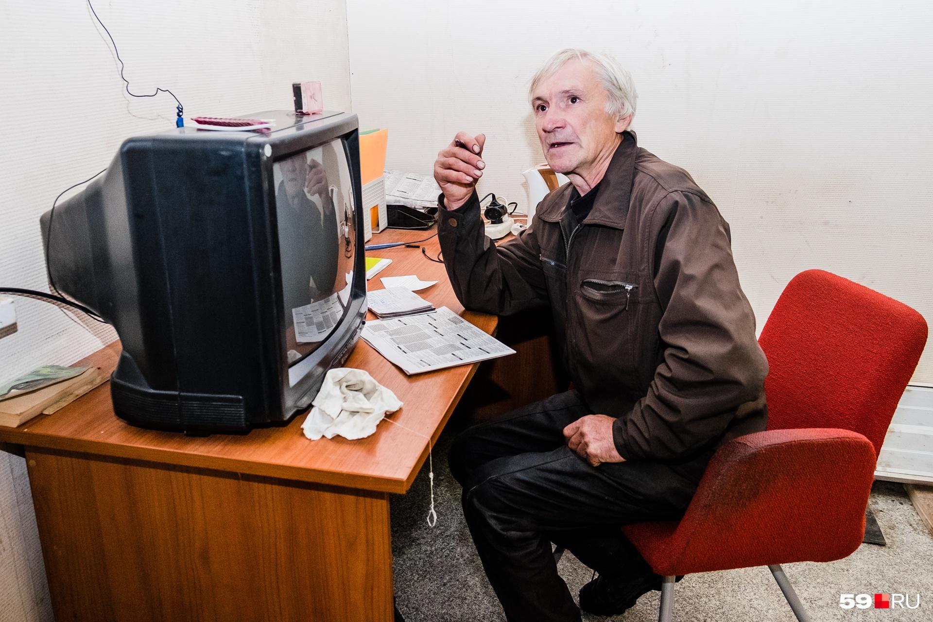 Телевизор Василий Петрович наладил быстро— руки помнят