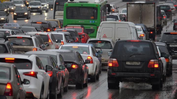 За руль лучше не садиться: Екатеринбург замер в пятничных 8-балльных пробках