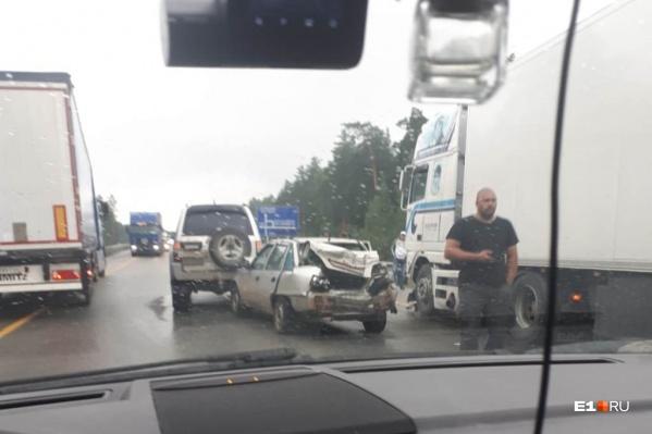 Судя по фотографиям, в ДТП пострадали три машины