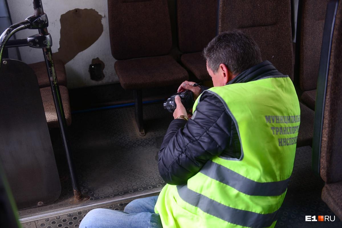 Все нарушения сотрудники транспортной инспекции фиксируют на фото- и видеокамеры. Антисанитария и хлам в салонах — не редкость