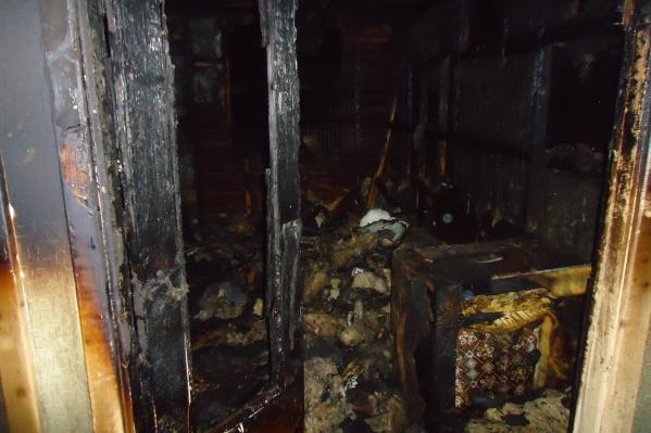 Квартира, в которой находились два жителя поселка, сильно повреждена огнем