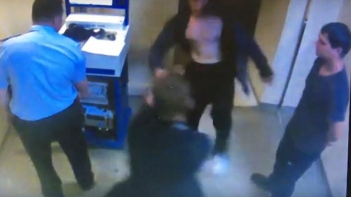 Задержанный попытался избить полицейского на глазах его коллег в отделении