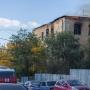 «Уже развернули автолестницу»: напротив бассейна в Челябинске вспыхнула трёхэтажка