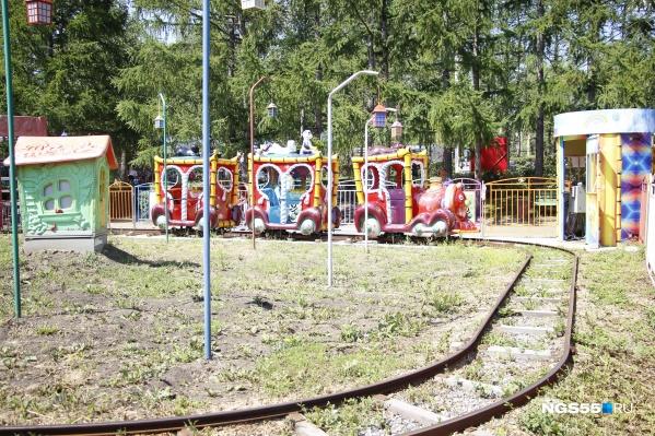 Новый аттракцион представляет собой конструкцию с рельсовым путём, по которому будет двигаться поезд из шести вагонов (фото из архива)