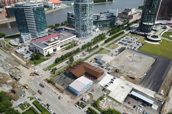 Вид на оружейный магазин сверху (он с коричневой крышей)