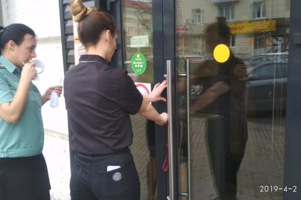 Сотрудники сами закрыли ресторан, после чего приставы опечатали заведение