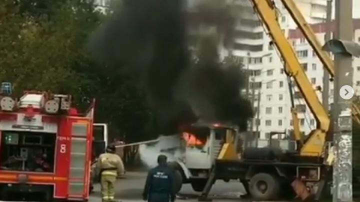 «Замкнуло проводку»: в Перми во дворе жилого дома сгорел грузовик с подъемником