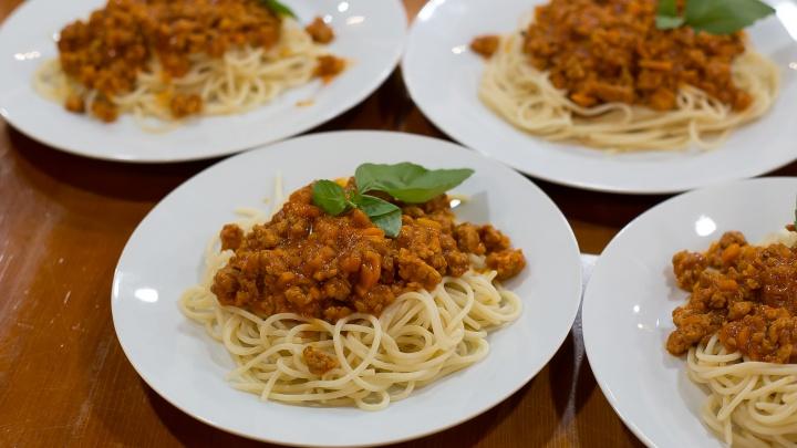 Обед за 200 рублей: готовим пасту с соусом болоньезе и учимся делать домашние макароны