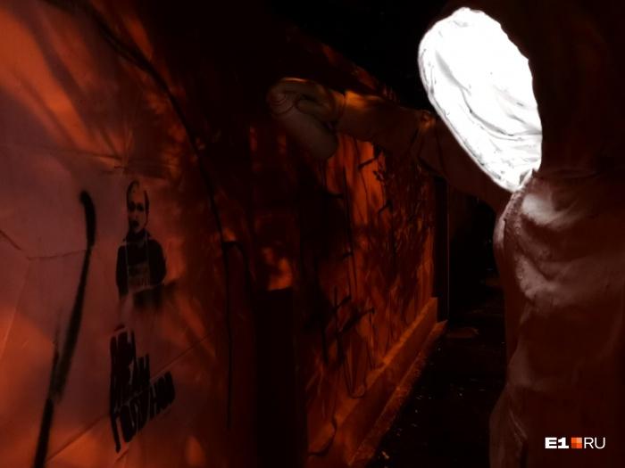 Скульптура уличного художника светится, если прикоснуться к его руке