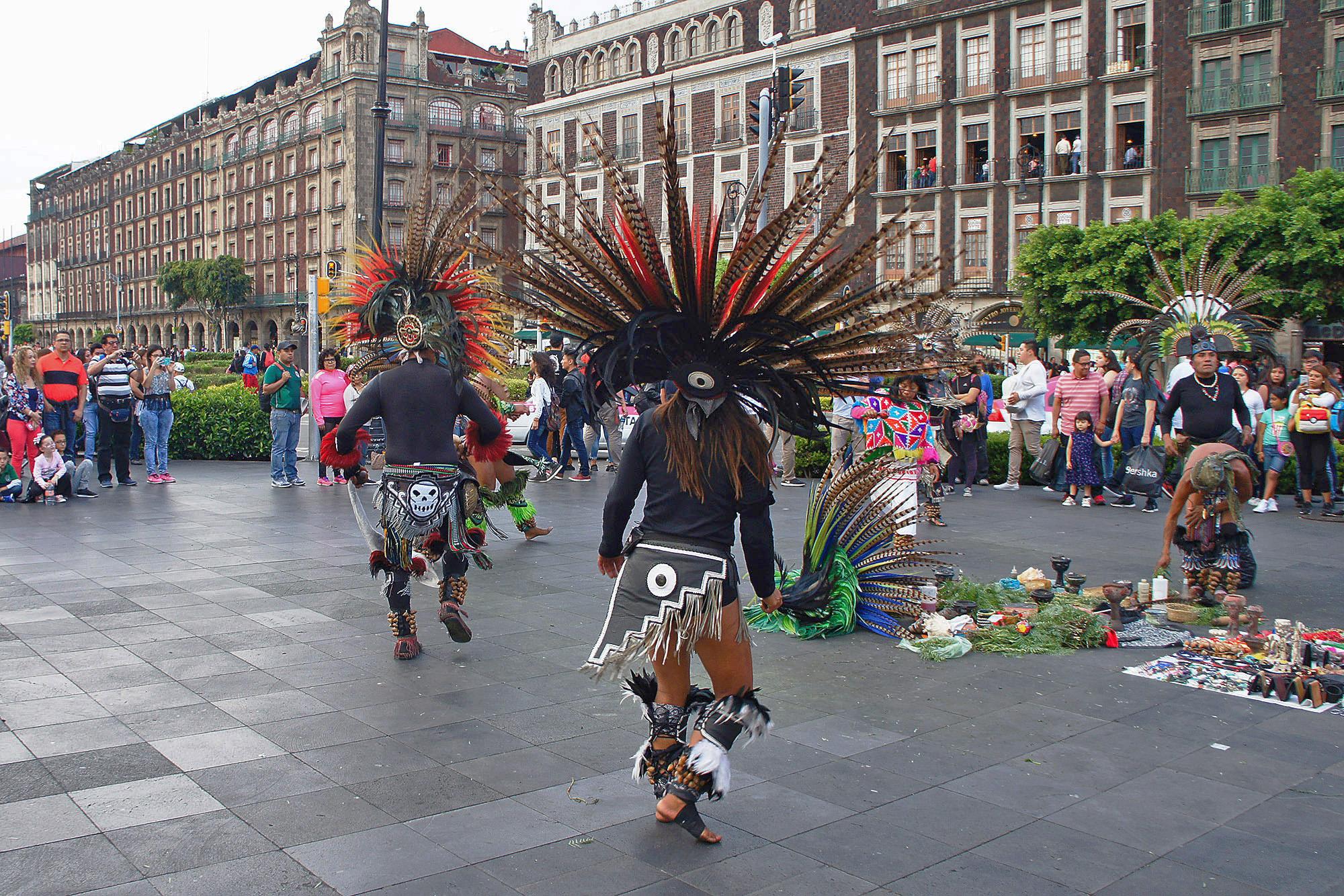 Рядом с храмами пляшут потомки шаманов