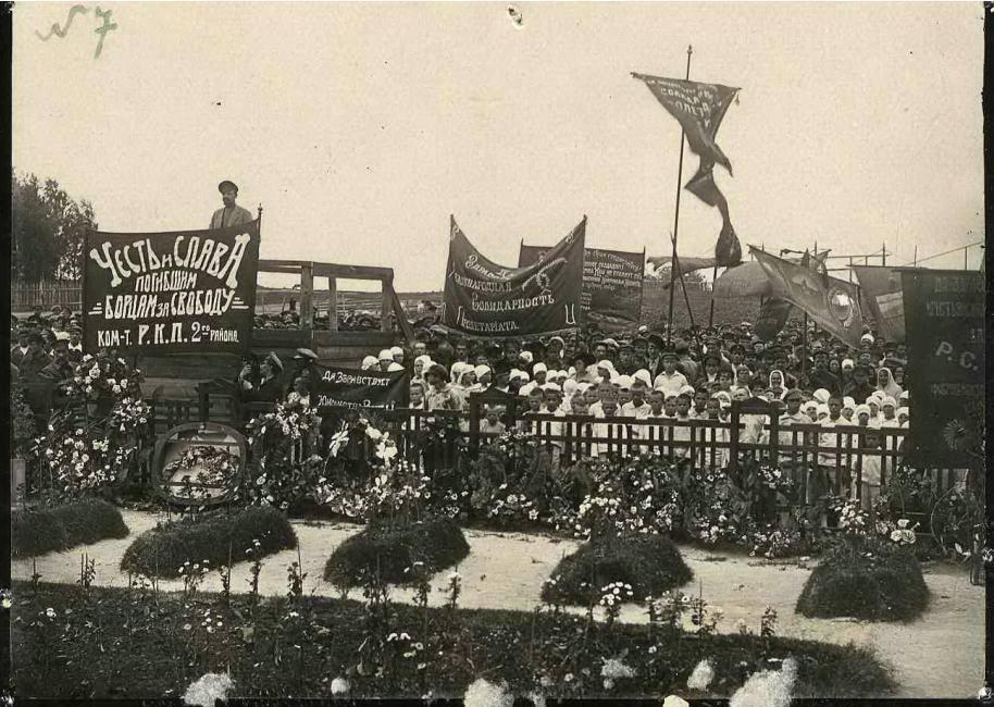 15 июля шествие с транспарантами доходило до могил погибших солдат