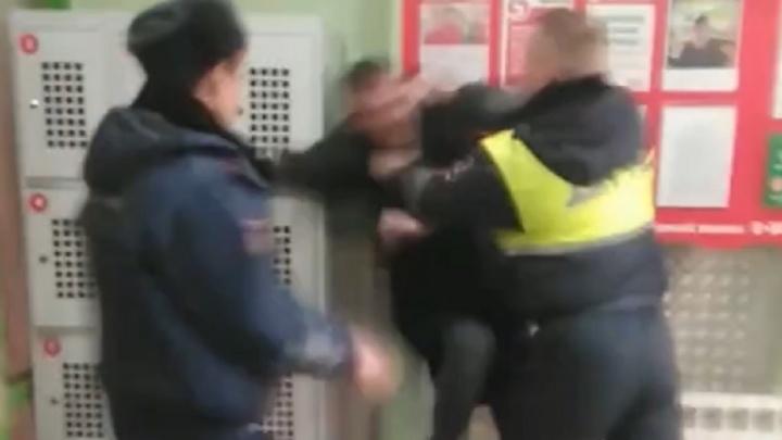 «Толкали об шкафы»: в Новоуральске между сотрудниками ДПС и покупателями магазина произошла драка