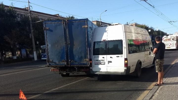 «Водитель оказался неопытным»: авария в центре Волгограда сковала Первую Продольную длинной пробкой