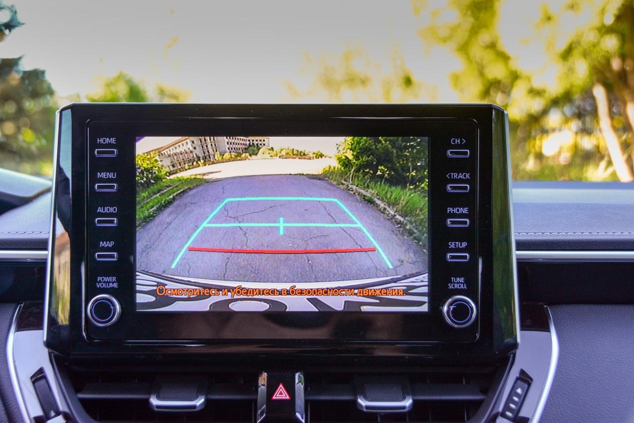 В средних и топовых версиях есть камера заднего вида с динамической разметкой. А вот системы навигации нет в принципе