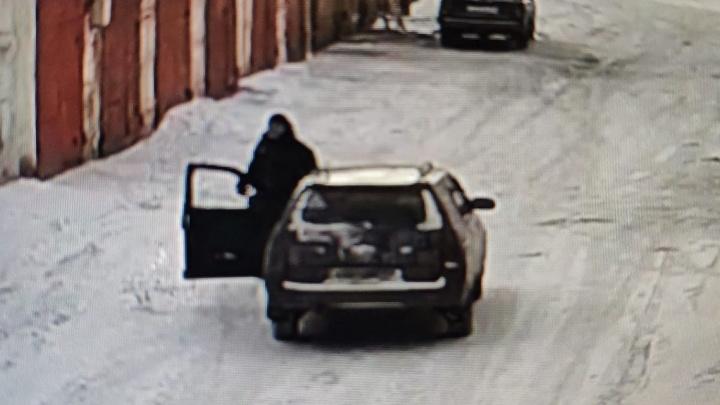 Неизвестный подстрелил домашнюю таксу в гаражах и скрылся
