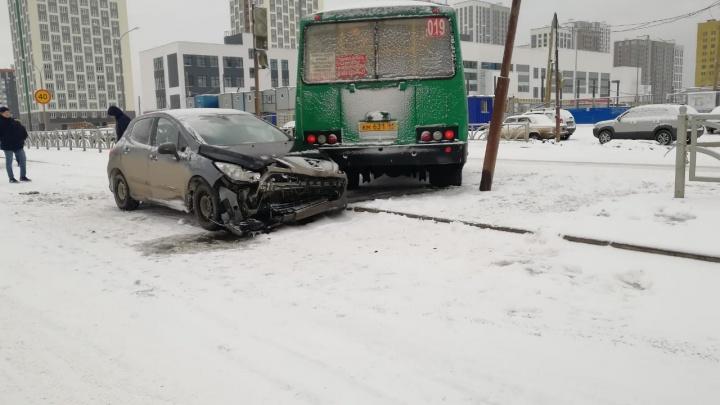 В Академическом столкнулись автобус и легковушка, одного человека увезли в больницу