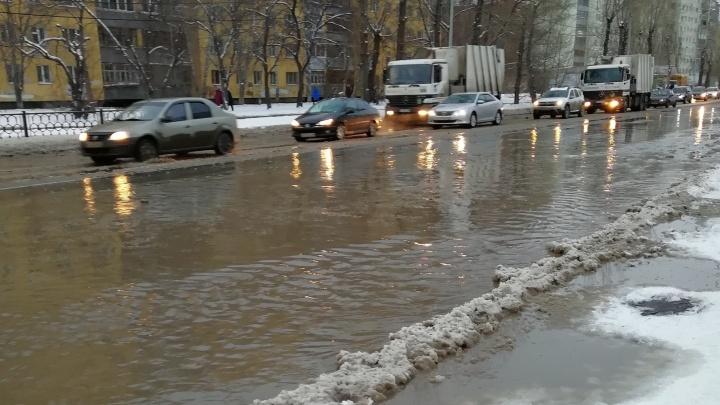 На Эльмаше из-за прорыва трубы дороги затопило холодной водой