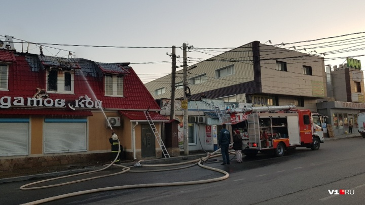 Напротив ГИБДД Волгограда горит большое кафе: все экстренные службы города на месте